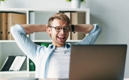 Mann glad ved skjermen