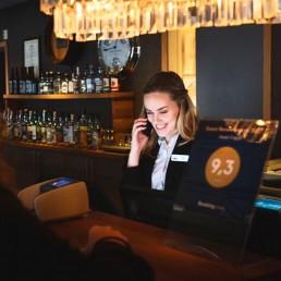 Marie i resepsjonen på Hotell Frøya